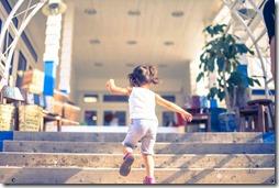 子供が階段を駆け上がるところ