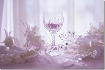 窓辺のガラスのコップ
