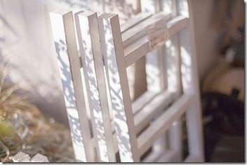 真っ白な折り畳み椅子