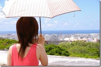 日傘をさした女性