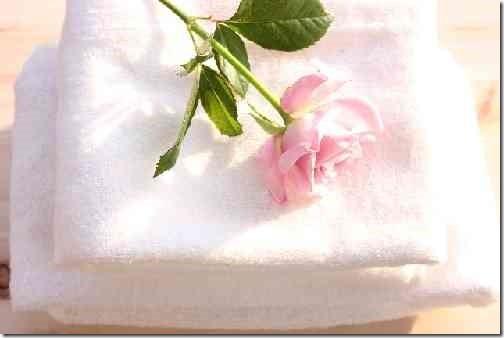 白いタオルとピンクの薔薇