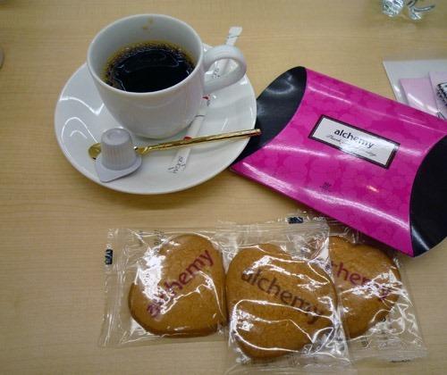 アルケミーのオリジナルクッキーと珈琲