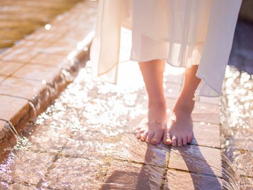 夏の女性の素足