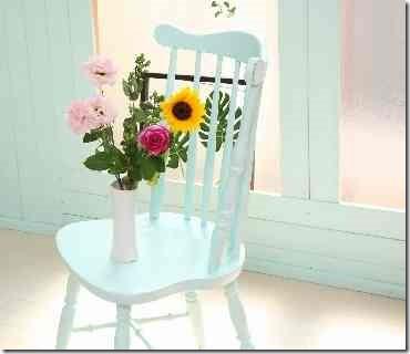 白い椅子の上に花瓶