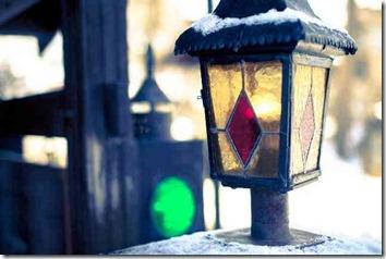 雪の中のステンドグラスの街灯