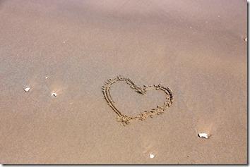 砂浜にハートの絵
