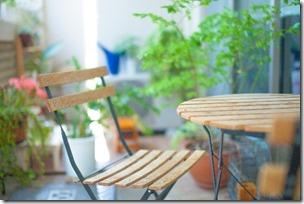 屋外のテーブルと椅子