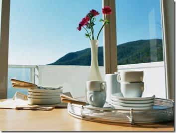 食器が詰まれたテーブル