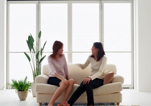 ソファーに座る女性たち