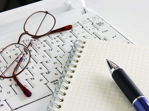 パソコンとペンとめがね