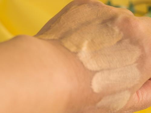 手の甲で色を比較するリキッドファンデーション