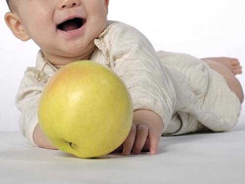 ボールを持った赤ちゃん