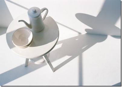 白いカップに白いティーポット